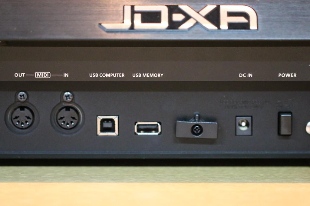 Il lato posteriore del synth ospita le connessioni per tutti i segnali in ingresso e uscita, qui vediamo le porte MIDI e USB