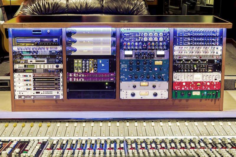 Il rack con l'outboard dello studio 1 di Massive Arts