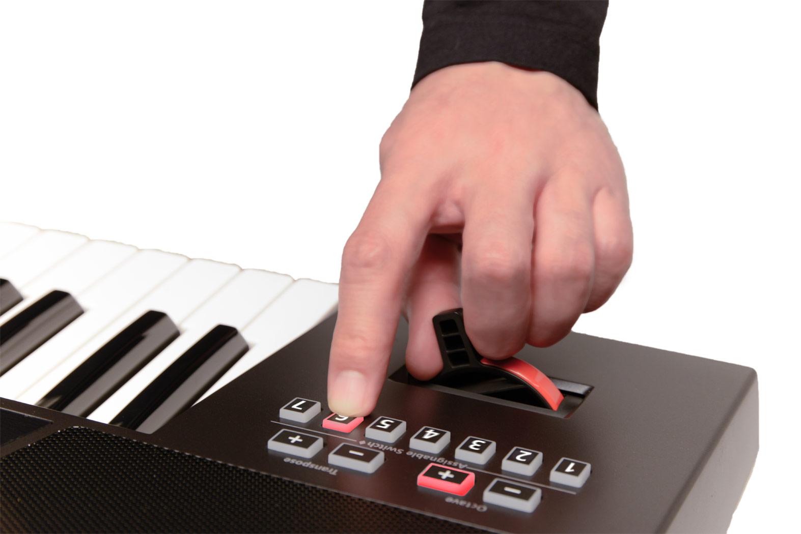 """I sette switch assegnabili posti sopra il classico """"timone"""" Roland per Pitch e Modulation"""