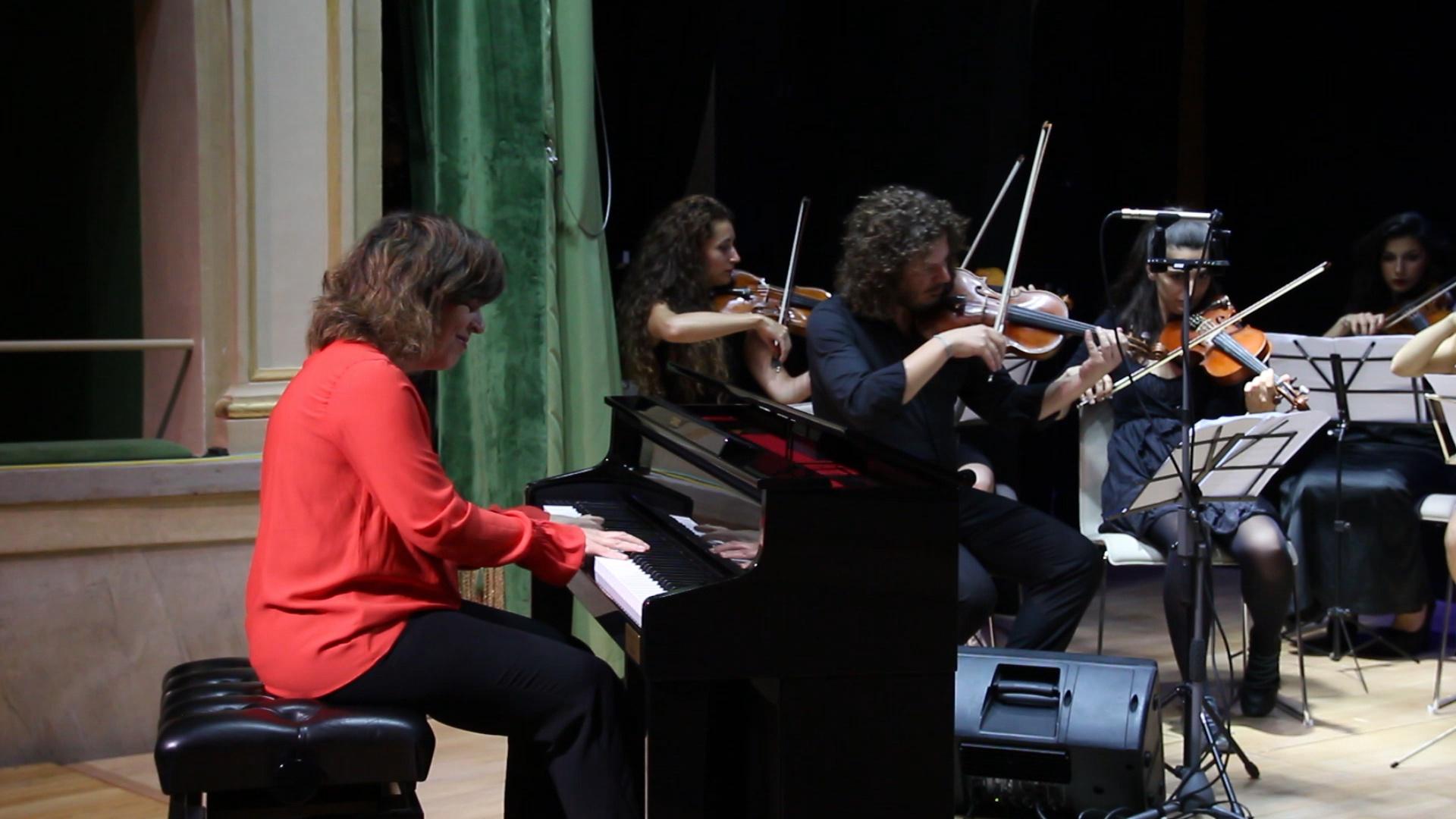 Lo stupore di Maria del Mar Cabezuelo Saenz alla comparsa dell'orchestra durante la sua esibizione