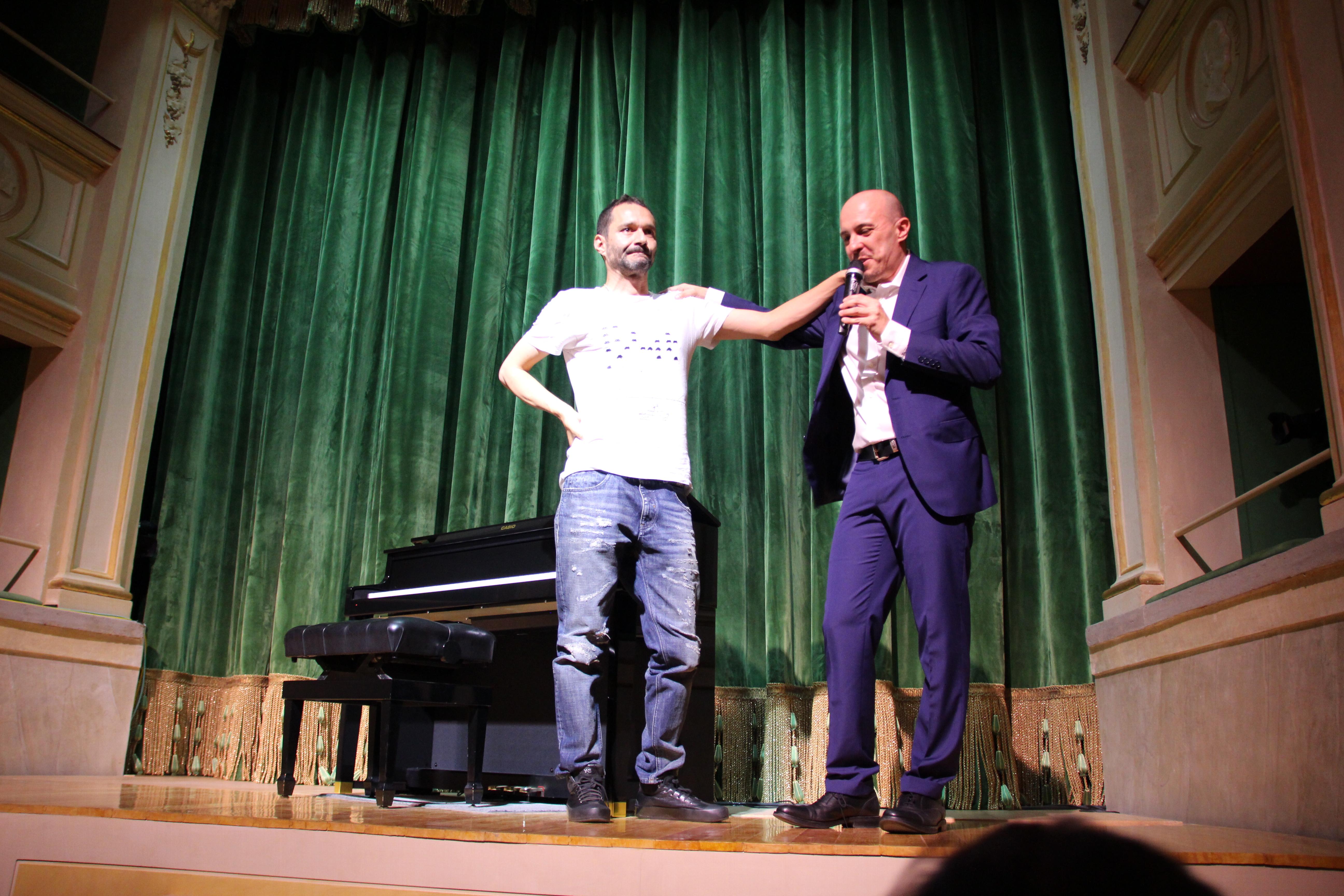 """Davide """"Boosta"""" Di Leo e Roberto Ragazzo di Casio Italia sul palco a descrivere l'evento"""