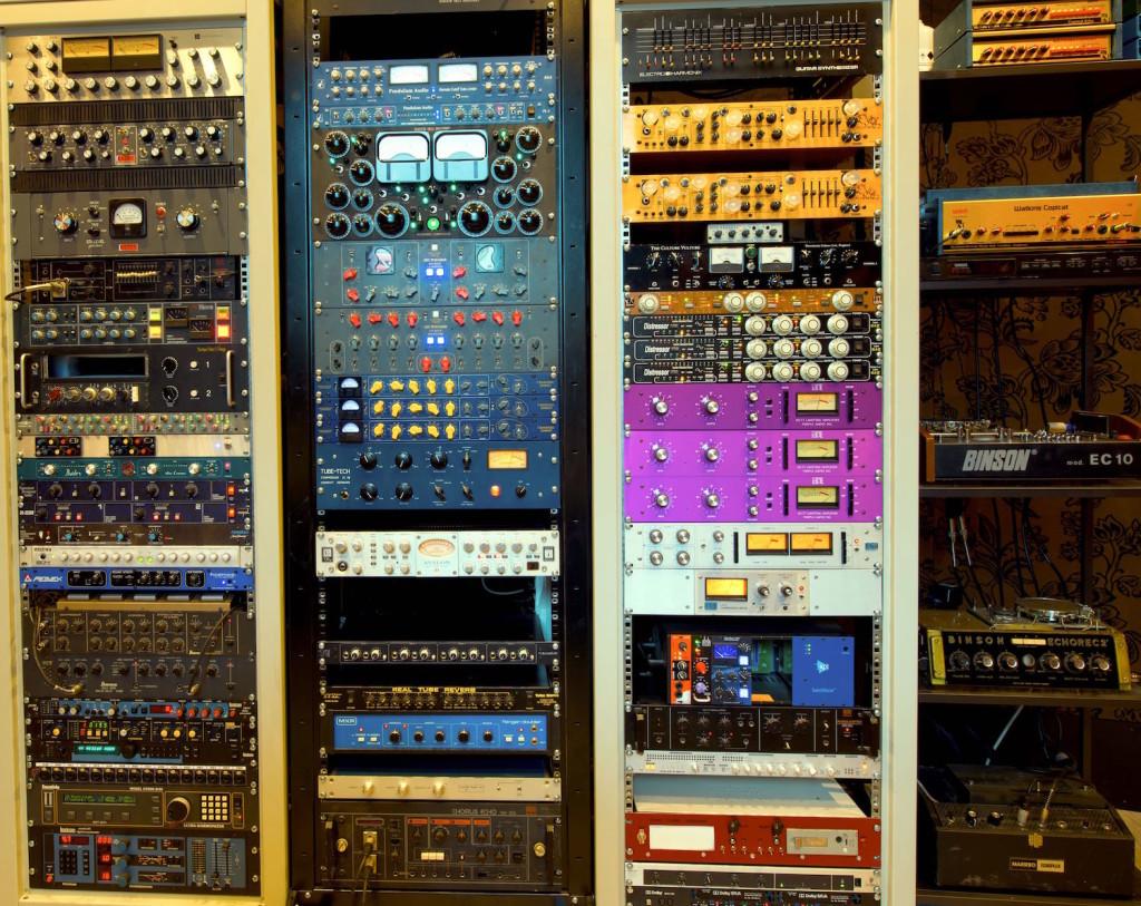 01 Il rack di outboard dello studio Purple, parte indispensabile per il sistema ibrido
