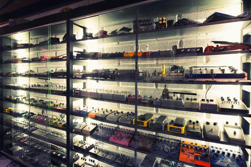 03 La vastissima collezione di pedalini analogici all'ingresso dello studio