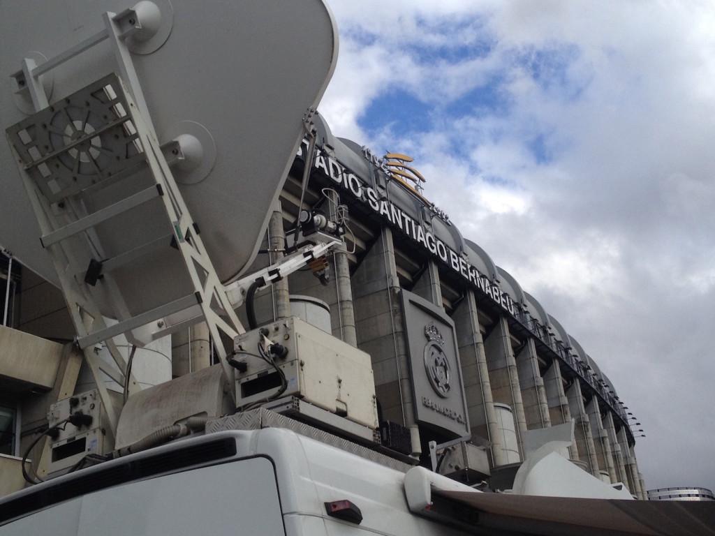 All'esterno dello Stadio Santiago Bernabeu durante una partita di calcio (foto cortesia Videe Spa)