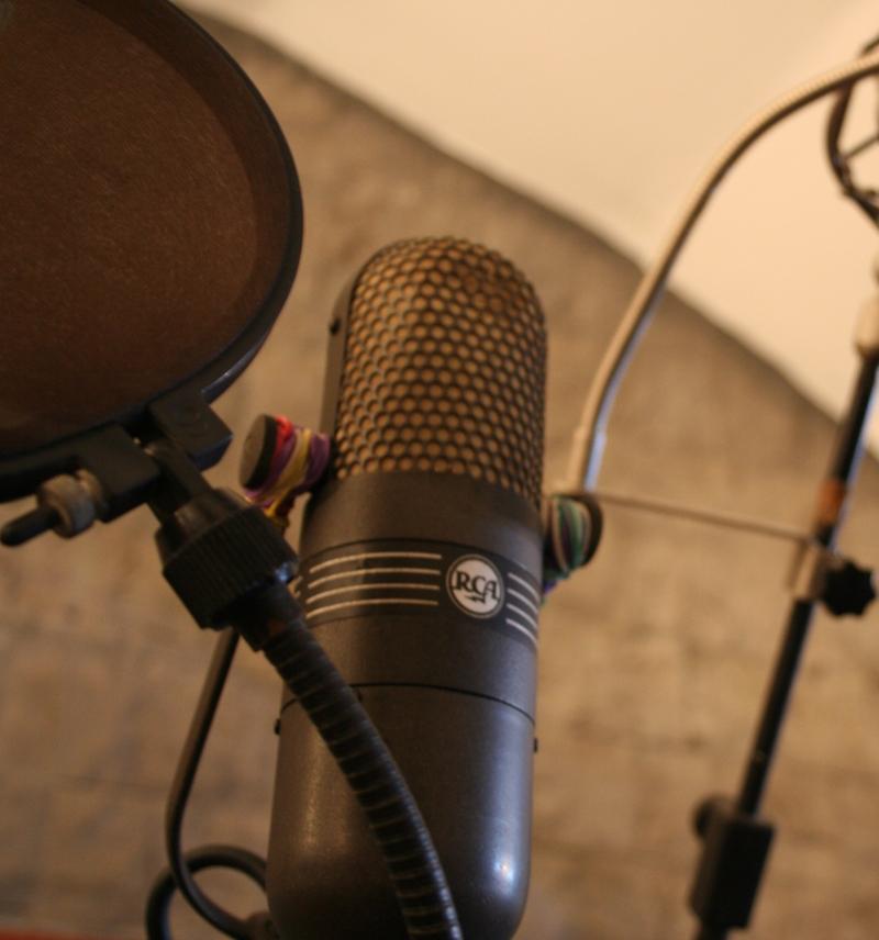 Uno splendido microfono RCA DX77 tra le dotazioni dello studio