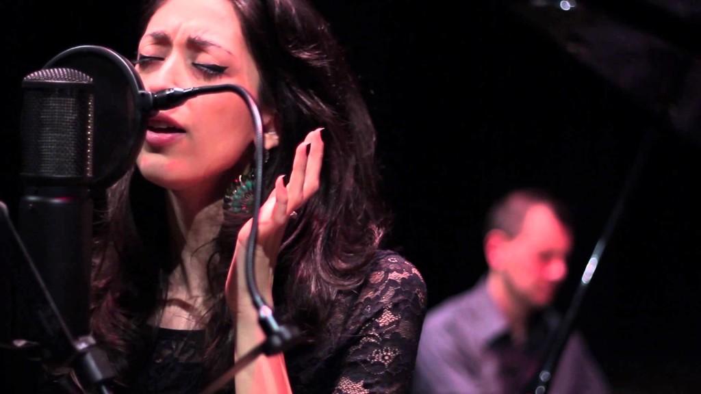 La cantante Alessandra Bosco, che presta la propria voce per la creazione di alcune suggestive Voice del pacchetto