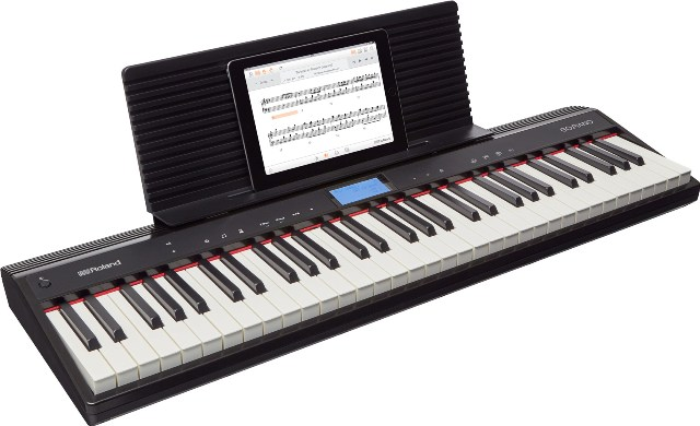 Una Roland GO:PIANO con poggiato sul leggio un iPad con la app Piano Partner 2