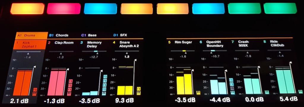 La modalità Mixer in azione sul doppio display, durante l'ascolto di un progetto di Maschine 2