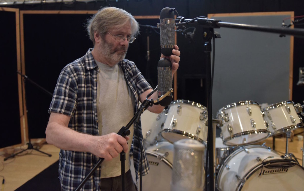 George Massenburg in azione durante il posizionamento di due microfoni per le riprese
